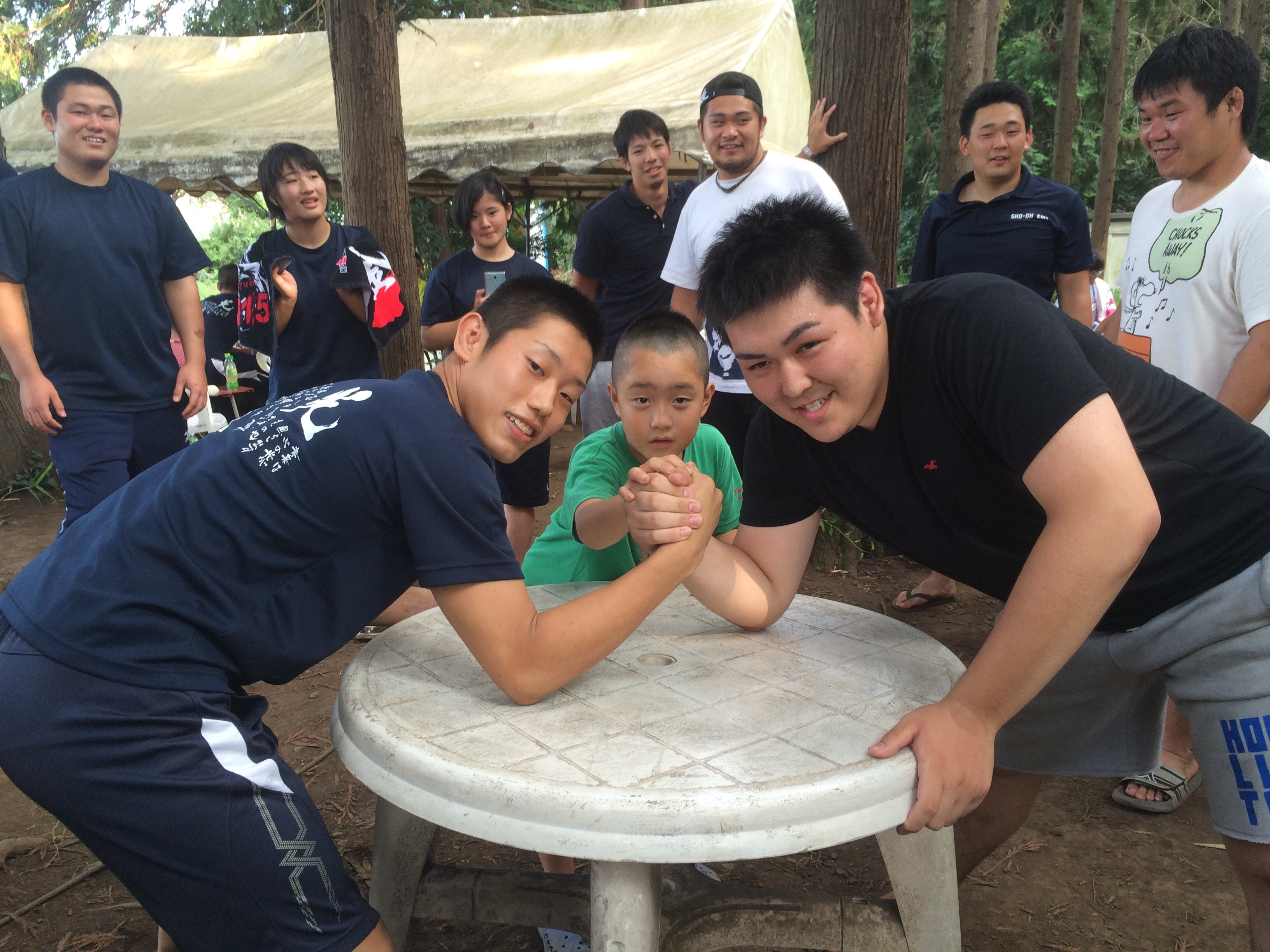 光明柔道部のBBQにて上下対決!戦いは「腕相撲一本勝負!」