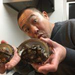 【魔王】を温めて飲み、アワビを捌き、ナマコは酢の物で。海産物万歳な夜。