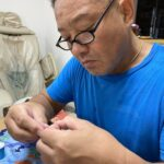 【裁縫は嫌いだけど、質感が離せない…】パンツを縫う平松慶だった…。